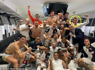 Thay đồ chung phòng với đồng đội nhiễm Covid-19, sức khoẻ Ronaldo giờ ra sao? - ảnh 1