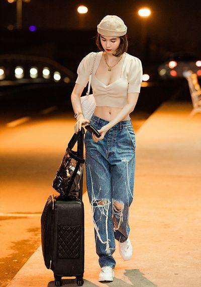 Hai công thức khoe dáng thu hút mọi ánh mắt của Ngọc Trinh tại sân bay - ảnh 1
