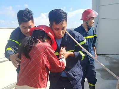 Cảnh sát giải cứu thành công cô gái 23 tuổi định nhảy xuống từ tầng 36 - ảnh 1