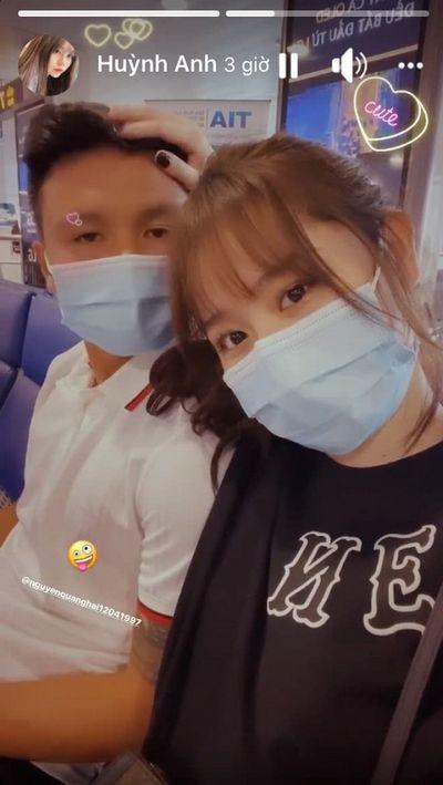 Giữa lúc Quang Hải mặn nồng với bạn gái mới, Nhật Lê đăng status kì lạ - ảnh 1