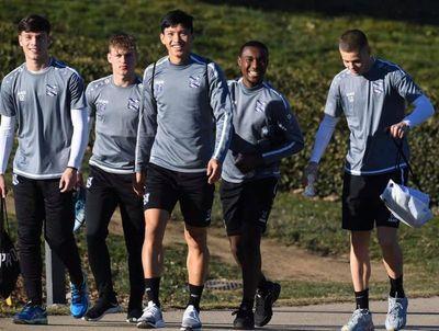 """Khoe cơ bắp """"đồ sộ"""", Đoàn Văn Hậu khiến các cầu thủ châu Âu lép vế - ảnh 1"""