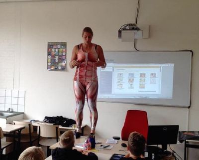 """Thầy giáo có tâm nhất """"hệ mặt trời"""": Cởi áo lấy thân mình minh họa bài giảng gây sốt mạng - ảnh 1"""