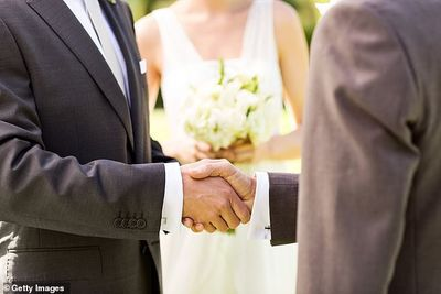 Australia: Cô dâu sốc nặng khi phát hiện tình cũ là bố chồng của mình - ảnh 1