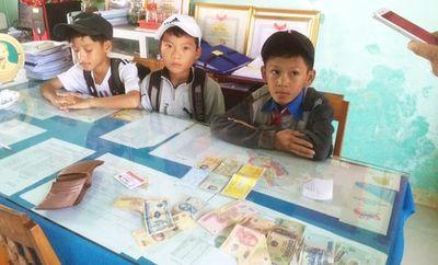 Nhặt được ví tiền trên đường đi học về, 3 học sinh ở Quảng Nam trả lại cho người đánh mất - ảnh 1