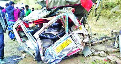 Xe buýt lao xuống hẻm núi tại Ấn Độ, ít nhất 16 người thiệt mạng - ảnh 1