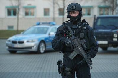 Hơn 170 cảnh sát Đức vây ráp 3 thanh niên lên kế hoạch tấn công kinh hoàng ở Frankfurt - ảnh 1
