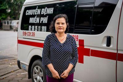 Cảm phục người phụ nữ bỏ tiền túi mua xe cứu thương chạy miễn phí cứu người - ảnh 1