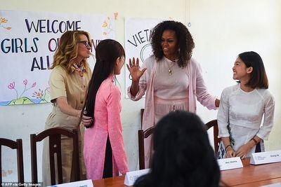 Nụ cười rạng rỡ và vòng tay ấm áp của bà Michelle Obama ở Việt Nam  - ảnh 1