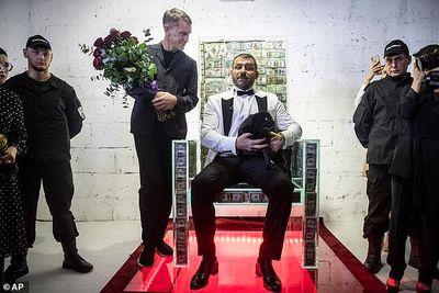 Tỷ phú Nga gây choáng váng khi xếp 1 triệu USD tiền mặt trong thủy tinh làm ghế ngồi - ảnh 1