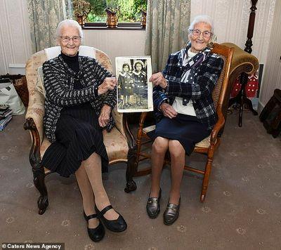 Cặp song sinh giống hệt nhau sống thọ nhất tại Anh: Lấy chồng cùng tên, không thể tách rời - ảnh 1