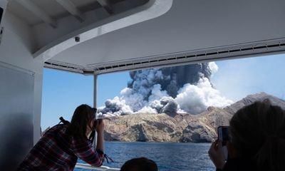 Núi lửa bất ngờ phun trào tại New Zealand, nhiều người thương vong - ảnh 1