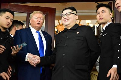 Bản sao của ông Kim Jong-un và ông Donald Trump bị vây kín trên phố Hà Nội - ảnh 1