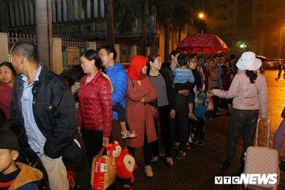 Hàng trăm người dân Bắc Ninh đội mưa, xếp hàng từ quá nửa đêm để chờ xét nghiệm sán lợn - ảnh 1