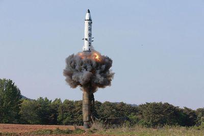 Triều Tiên thử nghiệm vũ khí chiến thuật mới, ông Kim Jong-un đích thân giám sát - ảnh 1