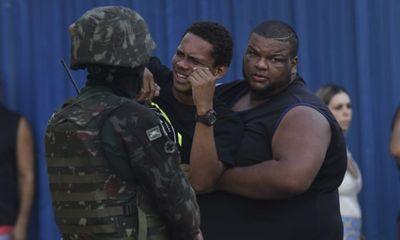 Nhầm mục tiêu, Binh sĩ Brazil bắn 80 viên đạn vào xe chở gia đình 5 người - ảnh 1