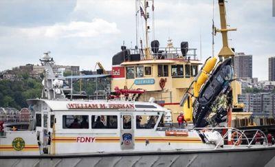 Video: Khoảnh khắc kinh hoàng trực thăng Mỹ lảo đảo lao xuống sông tại New York - ảnh 1