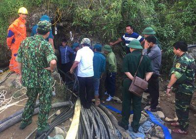 Lào Cai: Đưa thi thể người đàn ông bị mắc kẹt 10 ngày dưới hang đá sâu hơn 40m ra ngoài - ảnh 1