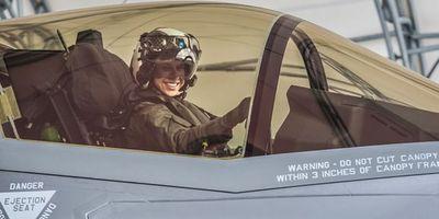 Thủy quân lục chiến Mỹ chính thức có nữ phi công lái tiêm kích F-35 đầu tiên - ảnh 1