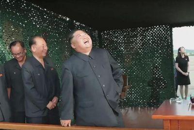 Em gái ông Kim Jong-un lần đầu công khai xuất hiện tại bãi thử tên lửa của Triều Tiên - ảnh 1