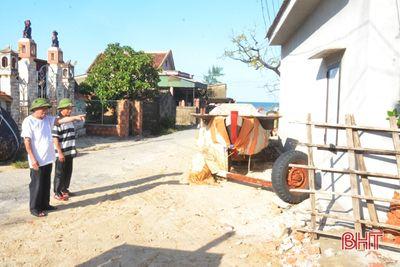 Cán bộ thôn tại Hà Tĩnh tự nguyện cắt nhà ở để hiến đất làm đường  - ảnh 1