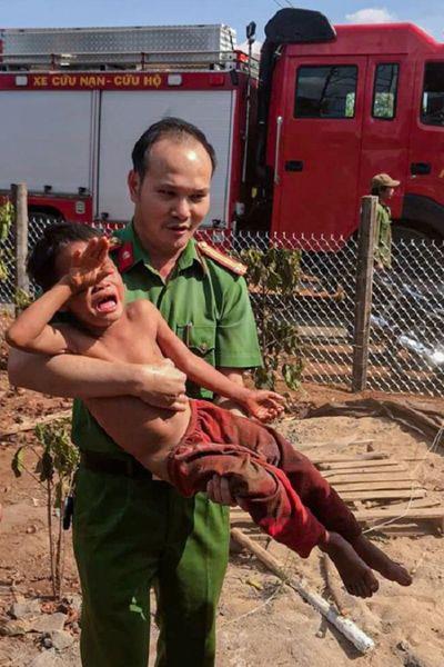 Gia Lai: Giải cứu bé trai mắc kẹt trong trụ điện - ảnh 1