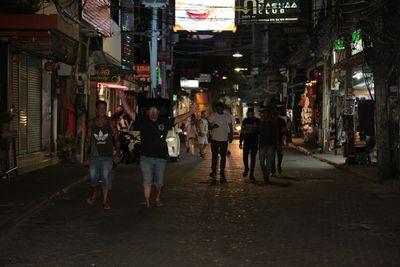 Phố đèn đỏ khét tiếng tại Thái Lan đóng cửa do Covid-19: Vũ công dọn đồ, các chủ quán rơi nước mắt - ảnh 1