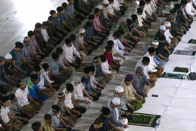 Hàng trăm người Indonesia không đeo khẩu trang, chen vai dự lễ cầu nguyện giữa đại dịch Covid-19 - ảnh 1