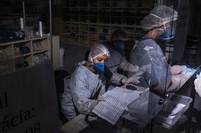 Quá tải, thiếu đồ bảo hộ, số nhân viên y tế tử vong do Covid-19 tại Brazil cao nhất thế giới - ảnh 1