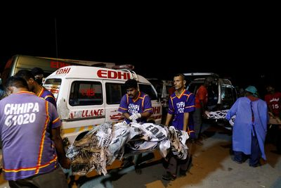Xót xa lời kể của 2 hành khách may mắn sống sót sau vụ rơi máy bay thảm khốc tại Pakistan - ảnh 1