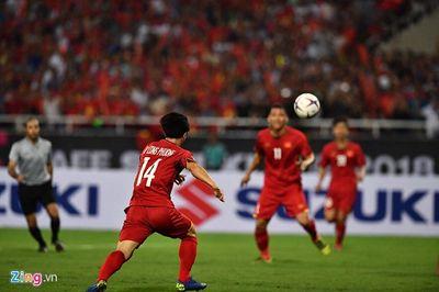 Trận Việt Nam- Malaysia: CĐV đốt pháo sáng bên ngoài sân Mỹ Đình sau bàn thắng của Công Phượng  - ảnh 1