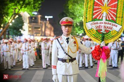 Đoàn nghi lễ Công an Nhân dân lần đầu tiên biểu diễn tại phố đi bộ hồ Hoàn Kiếm - ảnh 1
