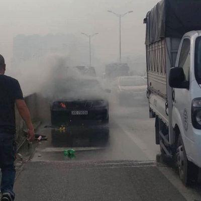 Hà Nội: Xe Mercedes bất ngờ bốc cháy, tài xế may mắn kịp thời thoát nạn - ảnh 1