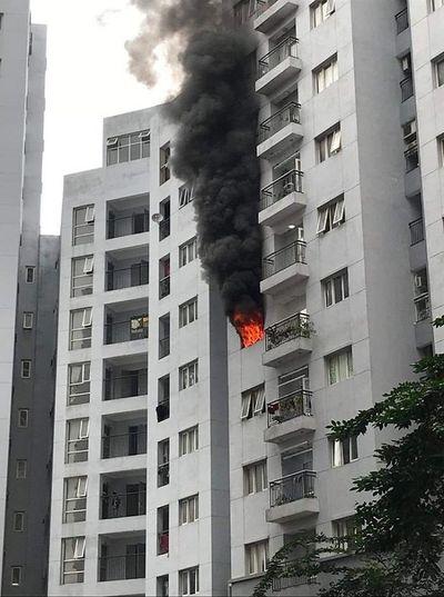 Hà Nội: Cháy lớn tại căn hộ tầng 6 chung cư, người dân bỏ chạy tán loạn - ảnh 1