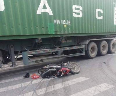 Tin tức tai nạn giao thông mới nhất hôm nay 17/11/2019: Va chạm với xe container, nữ tài xế tử vong - ảnh 1