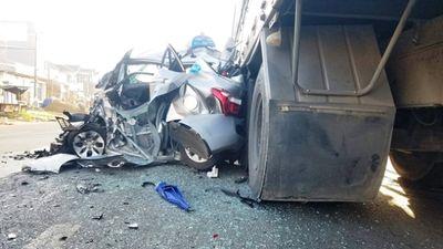 Tin tức tai nạn giao thông mới nhất hôm nay 20/11/2019: Xe khách tông xe tải, 3 người bị thương - ảnh 1