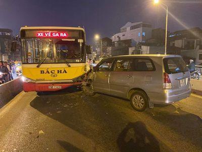 Hà Nội: Xe Inova đâm vào đầu xe buýt trên cầu Chương Dương - ảnh 1