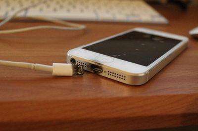 Nam thiếu niên 16 tuổi bị cắt cụt tay do dùng điện thoại trong lúc sạc pin - ảnh 1