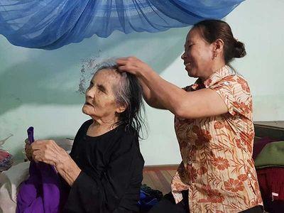 """Quảng Nam: Người đàn bà """"điên"""" đưa cụ già bị mù về nhà chăm sóc như mẹ ruột - ảnh 1"""