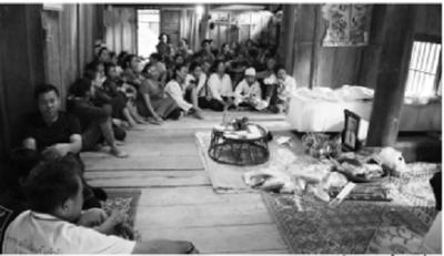 Vợ khóc ngất trước di ảnh của người chồng bị điện giật khi sang Lào mưu sinh - ảnh 1