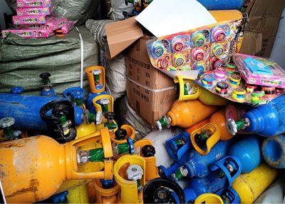 Tóm gọn xe tải chở gần 100 bình khí cười cung cấp cho các vũ trường - ảnh 1