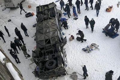 Kinh hoàng xe buýt nổ lốp lật xuống sông băng giá lạnh, 19 người chết tại chỗ - ảnh 1