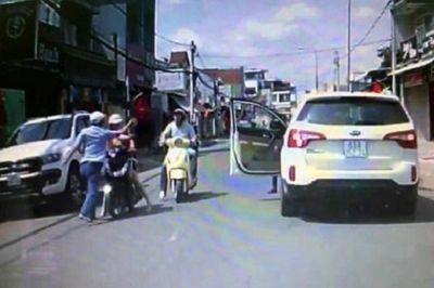 Nam tài xế ô tô tát người phụ nữ đi xe máy đăng video xin lỗi trên mạng xã hội - ảnh 1