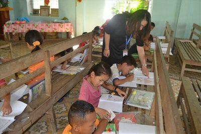Cô giáo 9X mở lớp dạy tiếng Anh miễn phí cho học sinh bản Cằng - ảnh 1