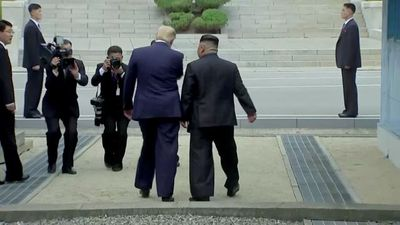 Hình ảnh cuộc gặp lịch sử của Tổng thống Donald Trump và nhà lãnh đạo Kim Jong-un tại biên giới Hàn -Triều - ảnh 1