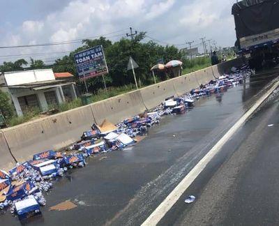 Tin tức tai nạn giao thông mới nhất hôm nay 18/8/2019: Xe chở bia gặp nạn, người dân hỗ trợ tài xế - ảnh 1