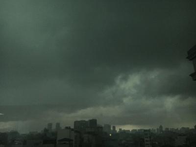 """Trời Hà Nội đột ngột """"tối đen như mực"""", người dân bật đèn xe di chuyển giữa buổi chiều - ảnh 1"""
