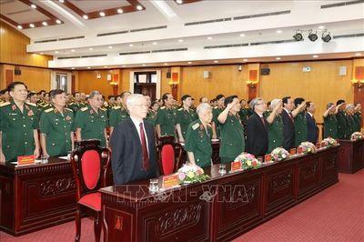 Trao Huy hiệu 70 năm tuổi Đảng tặng nguyên Tổng Bí thư Lê Khả Phiêu - ảnh 1