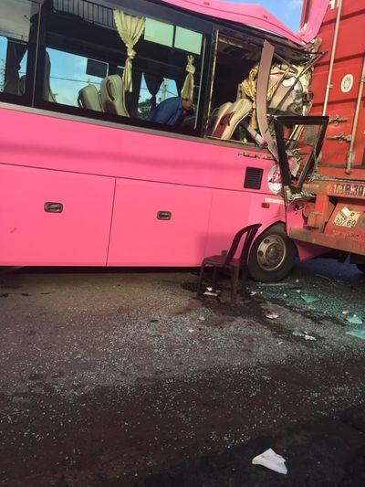 TP.HCM: Xe khách tông vào đuôi container, 5 người bị thương - ảnh 1