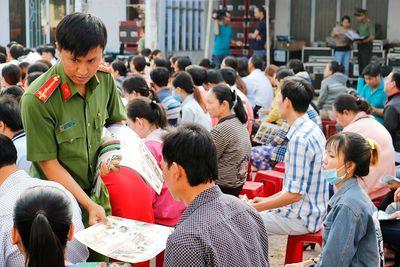 Công an thành phố Cần Thơ tặng vé xe cho công nhân về quê đón Tết - ảnh 1