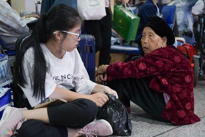 """Người dân vạ vật, nằm dài tại sân bay Tân Sơn Nhất vì máy bay """"tắc đường"""", không thể cất cánh - ảnh 1"""